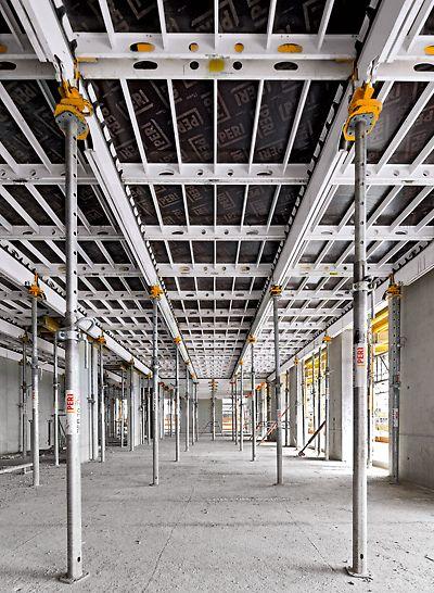 Stropné panelové debnenie SKYDECK s hlavnými nosníkmi SLT a panelmi zaisťuje systematický postup montáže a vytvára voľný priestor pod debnením.