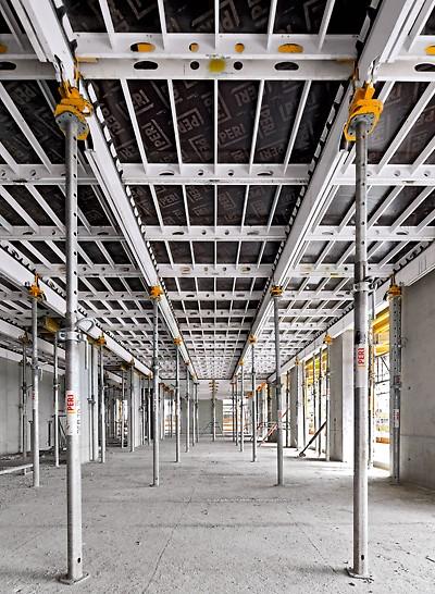 Obytný komplex u Severního nádraží, Vídeň: Systém SKYDECK s lehkými podélnými nosníky a panely zaručuje systematický a rychlý postup montáže a zajišťuje dostatek volného místa pod bedněním.