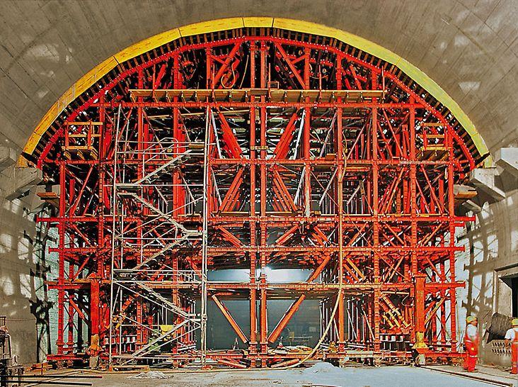 Progetti PERI, Lötschberg Tunnel, Mitholz, Svizzera - Nella seconda fase del ciclo di costruzione l'attrezzatura provvisionale traslabile viene abbinata alla cassaforma per realizzare la calotta. Per il sollevamento e l'abbassamento della cassaforma sono stati utilizzati quattro cilindri idraulici