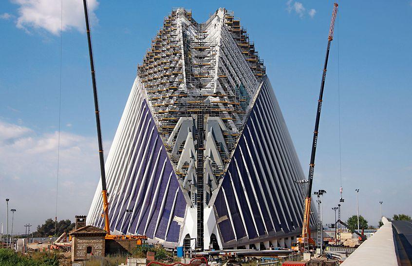 Edificio Ágora, Valencia, Spanien - Ein gigantisches Raumgerüst auf Basis des PERI UP Rosett bietet bis auf knapp 80 Meter Höhe Zugang und Arbeitsplätze für verschiedene Gewerke.