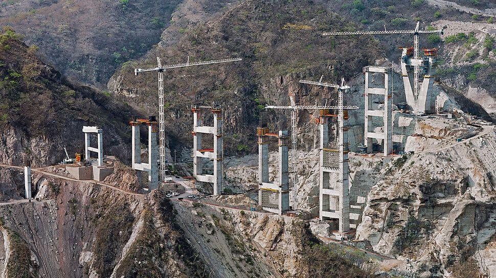 Puente Baluarte, Mexiko - Neben den zwei Pylonen entstehen an beiden Rändern der Schlucht insgesamt neun Doppelpfeiler, die über massive Querriegel ausgesteift werden.
