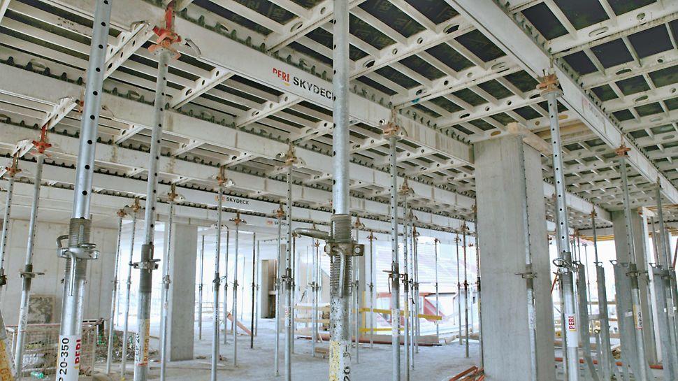 Kancelářská budova Crystal, Praha Panelové stropní bednění SKYDECK je možné v závislosti na tloušťce desky a pevnosti betonu odbednit již po 24 hodinách.
