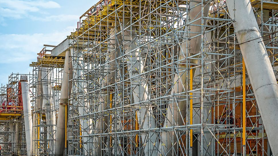 Les colonnes en forme de V sont inclinées à 60 degrés et sont reliées aux têtes par une poutre en béton armé.