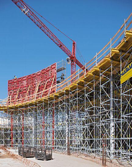 Las torres de carga PERI UP Rosett constituyen una base estable para el encofrado para losas MULTIFLEX, incluso para grandes alturas. Las mayores cargas en algunos lugares en este proyecto se transmiten con puntales de gran capacidad HD 200