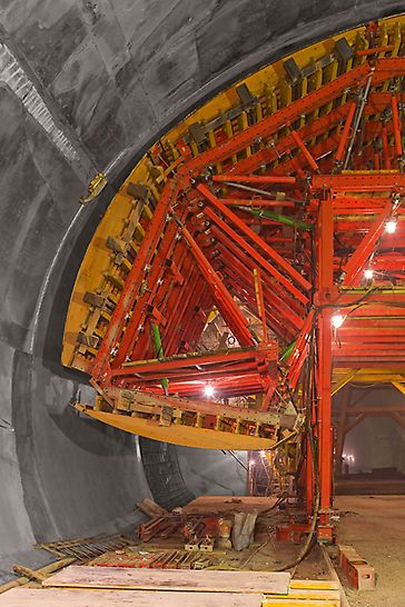 Objízdný tunel Soči: Při pohybu bednicího vozu od jednoho nouzového zálivu do následujícího, zpracovali technici PERI přesně stanovený pracovní postup s bednicími segmenty, které se před pojezdem hydraulicky sklápěly a poklesávaly.