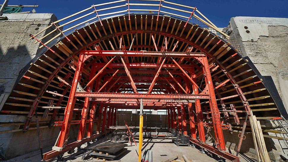 Bednění klenby - forma ze systému kruhového bednění GRV a stavebnice pro inženýrské stavby VARIOKIT.