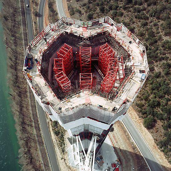 Viaduc de Millau, Francuska - fleksibilno prilagodljivi radni podesti osiguravaju sigurne radne uvjete prilikom izvedbe varijabilnih tlocrta stupova.