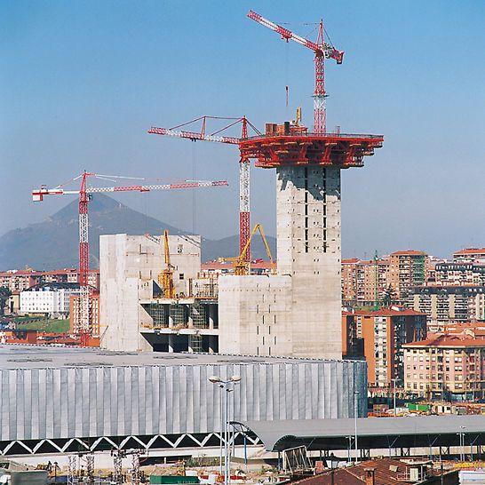 Centrul expozițional Bilbao, Spania - Începerea operațiunilor de cofrare pentru construcția în formă de pălărie pe suport realizat din eșafodaje ancorate în pereții nucleului central.