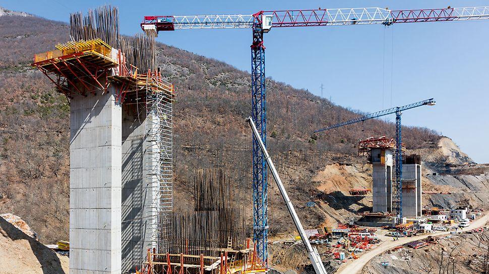Beim Bau der Brückenpfeiler kamen die TRIO Rahmenschalung und die VARIO GT 24 Träger-Wandschalung auf horizontal angeordneten SB Stützböcken zum Einsatz, außerdem eine Kombination aus SCS und CB 240 Plattformen.