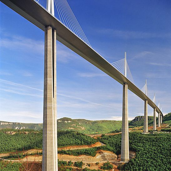 Viaduc de Millau, Francuska - kompliciran oblik tijela vijadukta zahtijevao je prilagodbu odn. posebnu pripremu elemenata za svaki odsječak betoniranja.