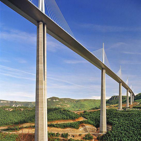 Viaduc de Millau, Francie: Složitý tvar stavby vyžadoval přizpůsobení, popř. speciální výrobu bednicích panelů pro každý betonářský záběr.