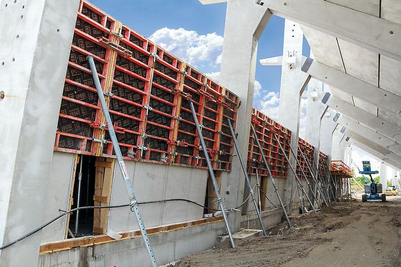 TRIO falzsaluzat a lelátó előregyártott pillérei közötti monolit látszóbeton falak készítése során.