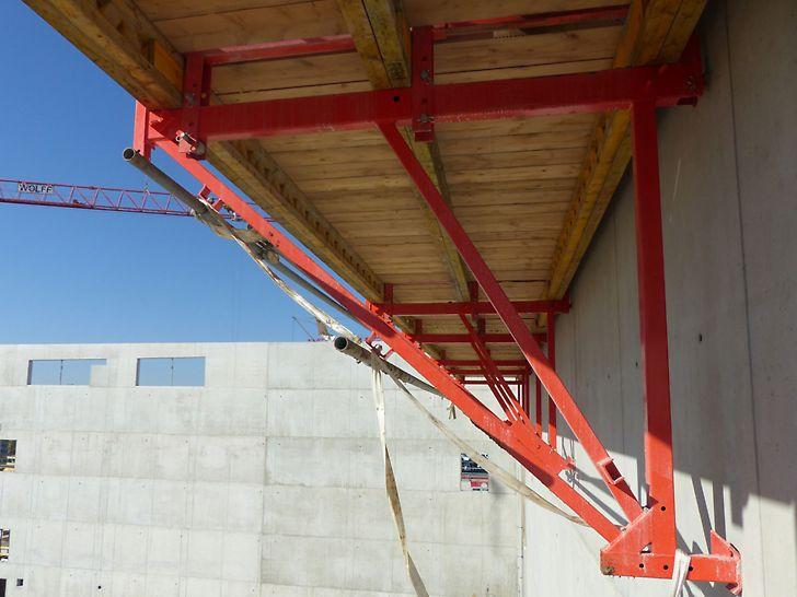 CB240 Bühnen im Einsatz bei der letzten Betonieretappe.
