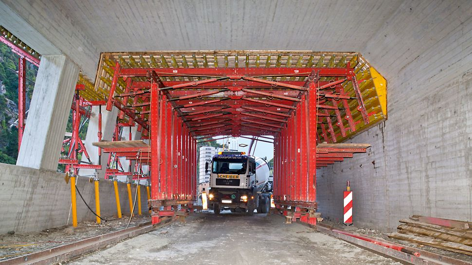 Marchlehnergalerie, Sölden, Österreich - Das PERI Schalungskonzept bestand aus einem 13,50 m langen Deckenschalwagen mit einer 3,00 m breiten und 4,50 m hohen Durchfahrtsöffnung für den Baustellen- und Durchgangsverkehr.