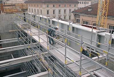 Teatro alla Scala, Milano - Una piattaforma di servizio realizzata con PERI UP Rosett permette un montaggio sicuro ed efficiente delle carpenterie metalliche