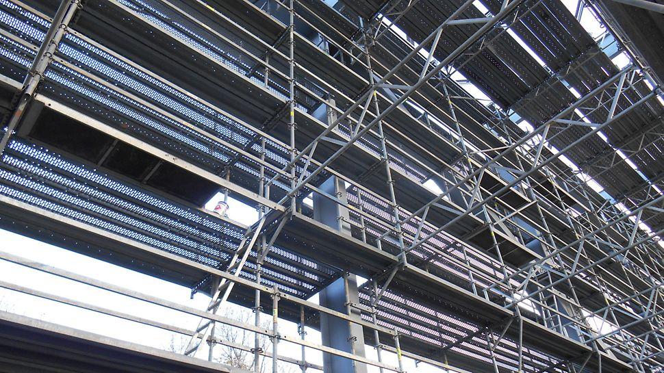 Železniční vlečka Biocel Paskov: Ideální přizpůsobení konstrukce lešení pro bezpečné a komfortní pracovní podmínky při tryskání a nátěrech.