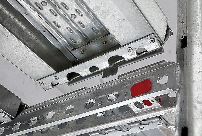 Andamio de bastidores PERI UP T 72 / T 104: Con el seguro integrado, la plataforma se cuelga desde abajo, se desplaza lateralmente y se bloquea de inmediato.