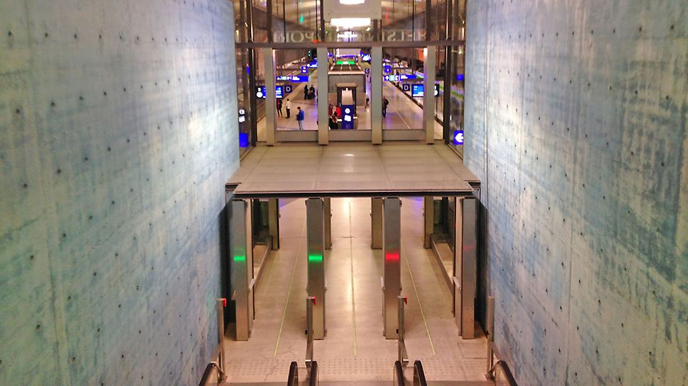 Lentoaseman aseman hallitseva värisävy on sininen. Itsetiivistyvällä betonilla toteutetut paikallavalurakenteet kuuluvat koko Kehärata-hankkeen vaativimpiin.