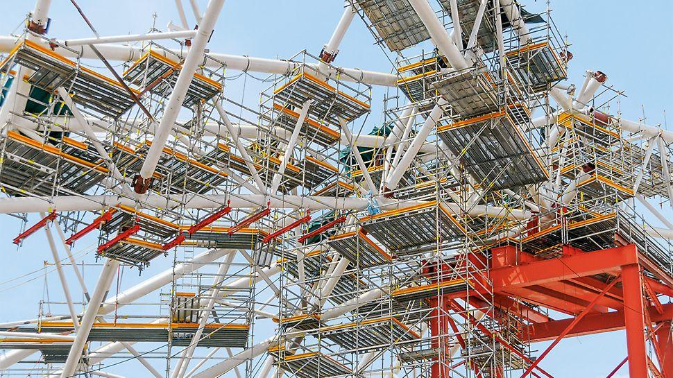 Abgehängte PERI UP Arbeitsplattformen ermöglichten die sichere Montage eines spektakulären Stadiondaches in Singapur.