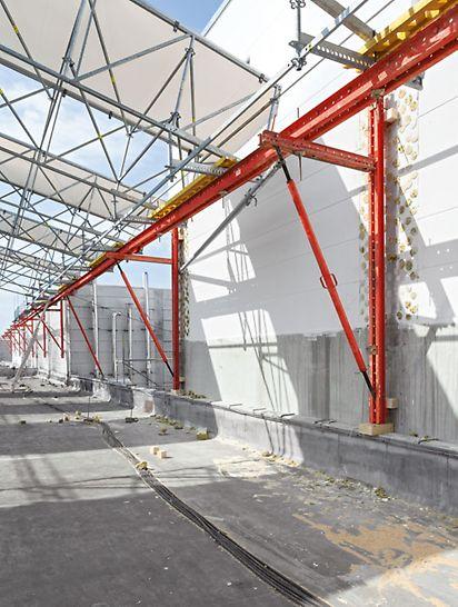 Zastřešení výrobní haly Gerolzhofen: Kombinace se stavebnicí pro inženýrské stavby VARIOKIT urychlila prováděcí řešení a byla úsporná. Systémové díly tvořily podpěrnou konstrukci na severní straně. Zatížení z ochranného zastřešení tak mohlo být spolehlivě odváděny do únosných částí ve stěně z pórovitého betonu s osovou vzdáleností 7,50 m.