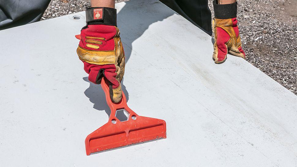 Zum Reinigen nach dem Ausschalen gibt es den Reinigungsspachtel. Mit dem Werkzeug werden Betonreste einfach entfernt.