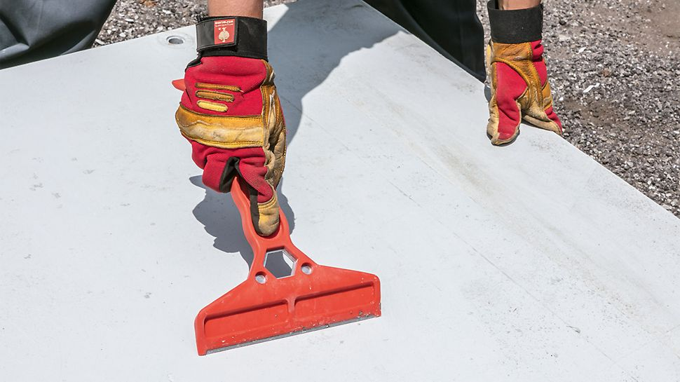 For cleaning after striking, the DUO Cleaning Device is used. Concrete residue can easily be removed using the tool.