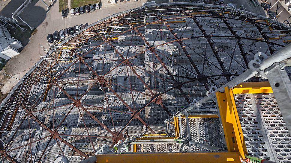 Blick von oben auf die Stahlbeläge des PERI UP Flex Modulgerüstsystems die bei der Kuppelsanierung des Gasometer Nord in Leipzig zum Einsatz kamen.