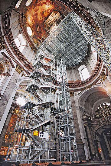 PERI UP Rosett Öffentliche Treppe als Treppenturm im Inneren einer Kirche, der als Fluchttreppe bei einem Ausfall des elektrischen Aufzuges dient.