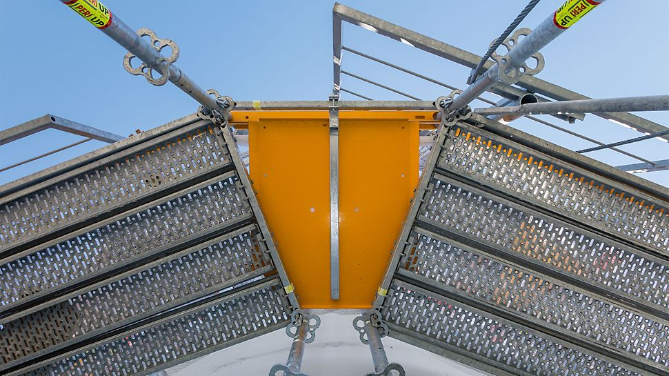 Umlaufende Bordbleche und die Verwendung von PERI UP Überwurfblechen sorgen für maximale Sicherheit ohne Stolperfallen – ein wichtiger Aspekt für Gerüstmontage und -nutzung.