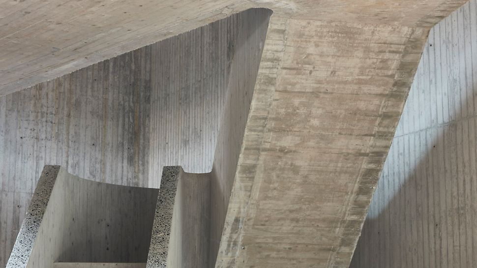 Een van de meest uitdagende elementen in de bouw was de trap in zichtbeton met houtnerfstructuur.