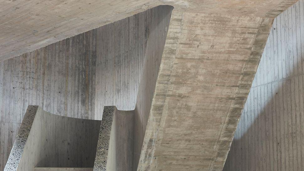 L'un des défis les plus stimulants dans la construction concernait sans aucun doute les escaliers en béton apparent imitation bois.