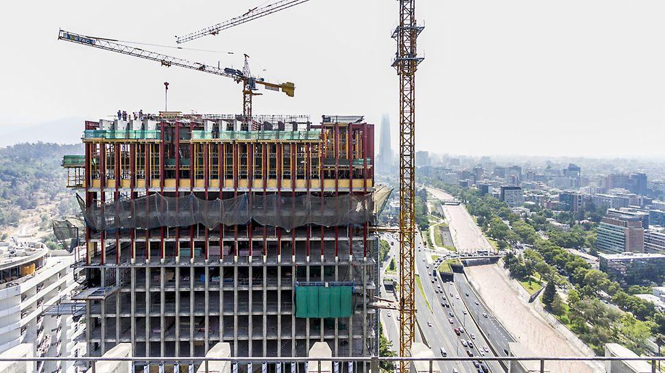 Torre Santa María - La nueva torre, diseñada por las oficinas de arquitectura de A4 y Luis Corvalán Arquitectos, fue concebido bajo un concepto de respeto y no de competencia con el hito original.