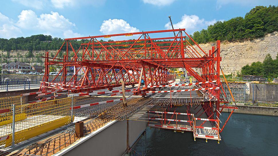 Lanaye Lock Bridge, Belgium - De VARIOKIT rijwagen wordt telkens zo ontworpen dat hij aan de geometrische en statische vereisten van het project voldoet. Hier was de grootste uitdaging de 4,50m overkraging van het brugdek.