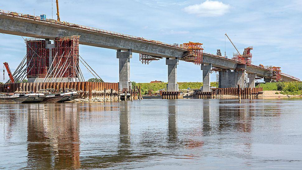 Most nurtowy M-4 przez Wisłę, o długości 808 m i konstrukcji ciągłej typu extradosed, został wykonany w technologii przejazdu dźwigara dołem.