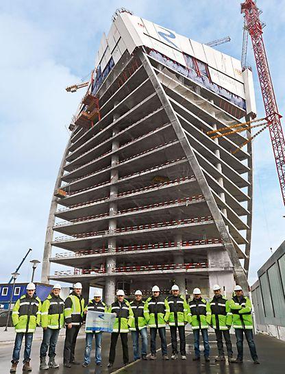 Evolution Tower, Moskau, Russland - Die Baustellenverantwortlichen von Renaissance Construction präsentieren sich stolz vor dem elegant verdrehten Evolution Tower.