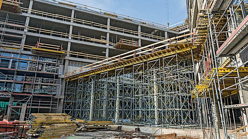 Administrativní objekt ENTERPRISE, Praha Průvlak ve výšce 9 metrů podepřený lešením ze systému PERI UP Rosett.