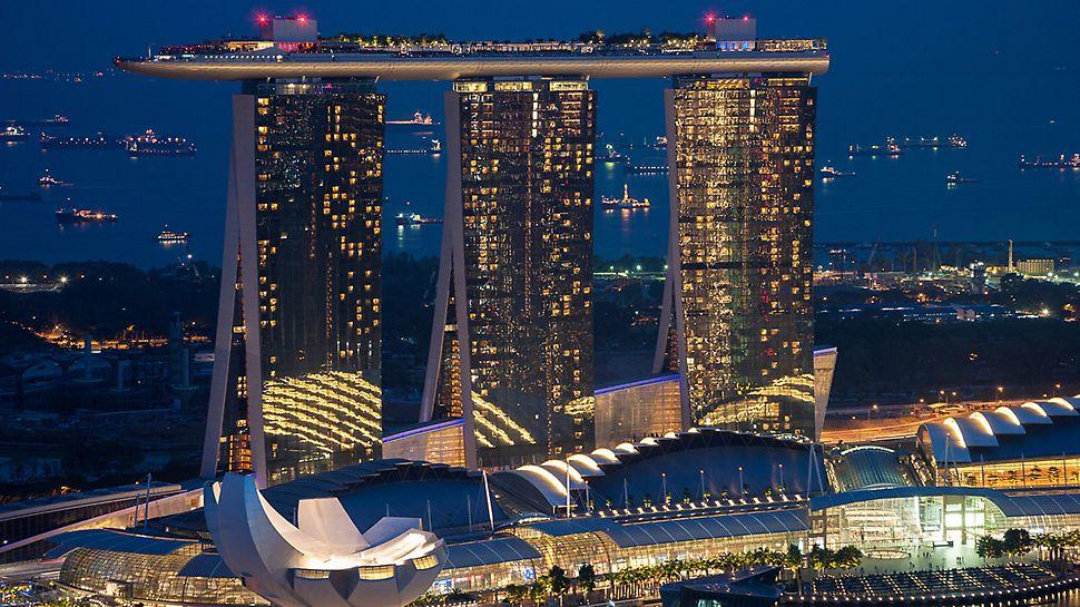 Marina Bay Sands, Singapur - In 2009, nach nur zwei Jahren Bauzeit, verbindet eine Plattform die drei Hoteltürme miteinander.