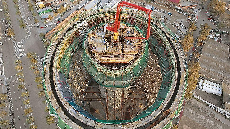 Torre Agbar, Barselona, Španija - ACS-P varijanta platforme, korišćena prilikom realizacije jezgra zgrade, služila je, osim za podizanje oplate, radnih skela i druge opreme, takođe i za transport pumpe za beton.