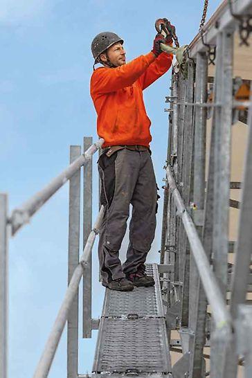 PERI UP Flex Copertura di protezione, passerelle lungo le capriate fungono da vie di accesso durante il montaggio dei singoli moduli
