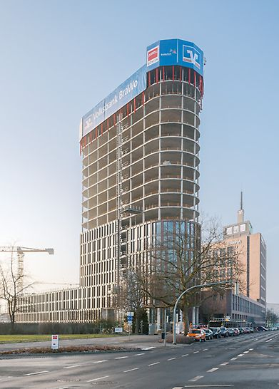 Blick auf den fertigen Rohbau des BraWoPark Business Centers II in Braunschweig.