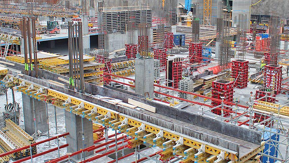 Pysäköintilaitoksen rakenteet on tiheästi raudoitettuja ja korkeita suurien pystykuormien vuoksi.