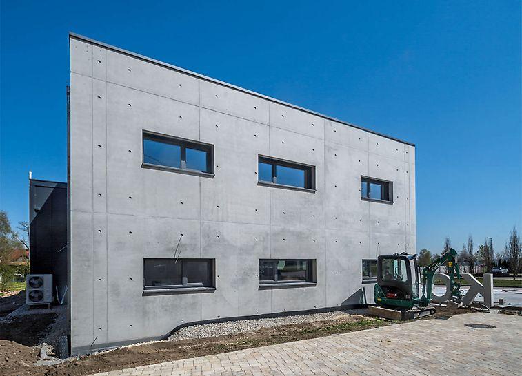 Die Außenwände samt Fensteröffnungen harmonieren perfekt mit dem durch MAXIMO erzielten Fugen- und Ankerraster.