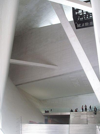 Casa da Música, Porto, Portugal - S-a utilizat exclusiv beton de culoare albă pentru toate elementele de beton, pentru a preveni posibilitatea de amestecare cu alte tipuri de beton. (Foto: A. Minson)