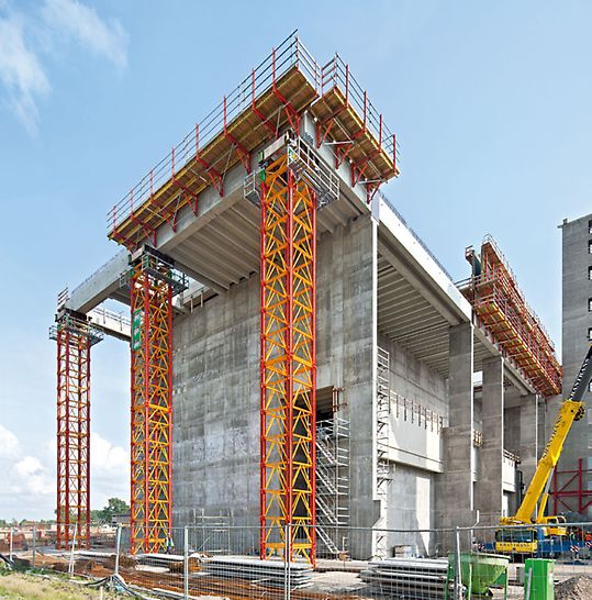 Tepelná elektrárna na náhradní palivo Spremberg: Každá vysokopevnostní věž VARIOKIT s výškou 23,60 m přenášela zatížení přes 200 t. Montáž na zemi do sestav vysokých 10 m dělá práci s podpěrným lešením snadnou a rychlou.