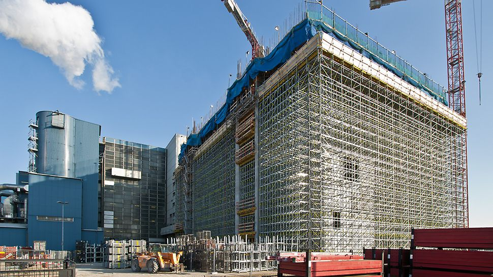 Bild der Baustelle des Müllheizkraftwerks in Berlin umgeben von Gerüsten.