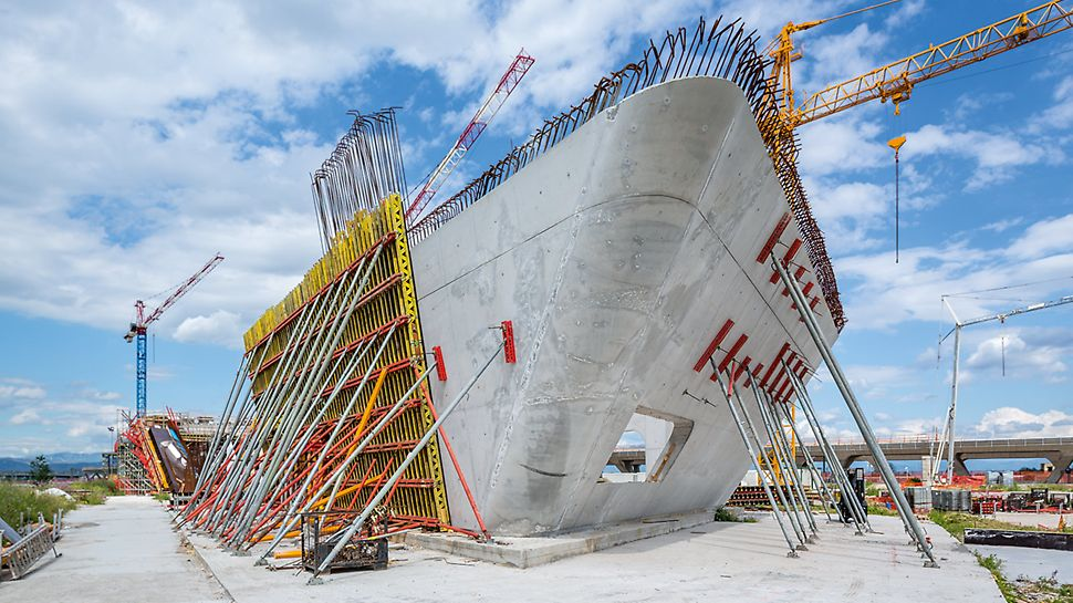For the curved and inclined walls, elements of the VARIO GT 24 Wall Formwork were accurately planned, prefabricated and delivered to the construction site. The Girder Wall Formwork could be optimally adapted to suit the complex geometries and the high architectural concrete requirements including the required joint and tie arrangement.
