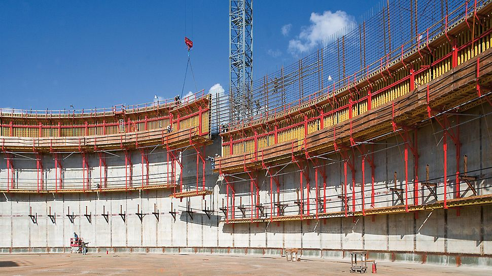 LNG liquid gas reservoirs, Cameron, USA - In concreting cycle heights of 4.65 m, the customized pre-assembled VARIO GT 24 girder wall formwork and CB climbing scaffold system were moved by crane in the form of climbing units.