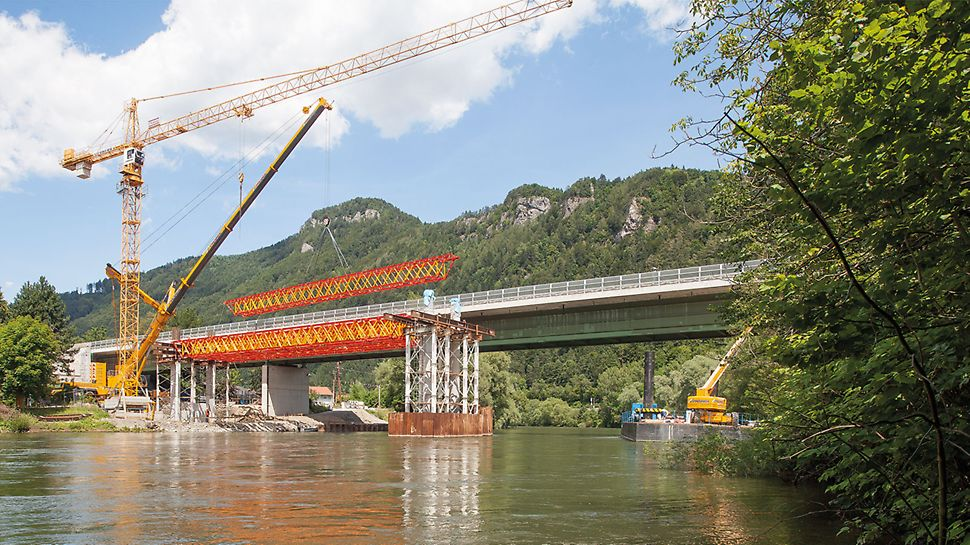 Výstavba mostu přes Mur v Rakousku: Při výstavbě mostu přes řeku Mur u Frohnleiten byly použity vazníky ze systému VARIOKIT