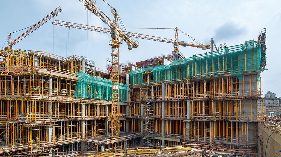 Ustawianie segmentów stropowych na konstrukcji PERI UP Rosett. Deskowanie specjalne PERI wykonano z zachowaniem identycznych krzywizn co w wyburzonych elementach.