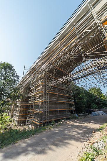 Sanace viaduktu, Ostrov nad Oslavou: Skoro každý oblouk viaduktu si vyžádal individuální přístup i návrh. Někde byl strmý, nezpevněný terén, jinde bylo nutné provést z důvodu křížení s místní komunikací přemostění i v příčném směru.